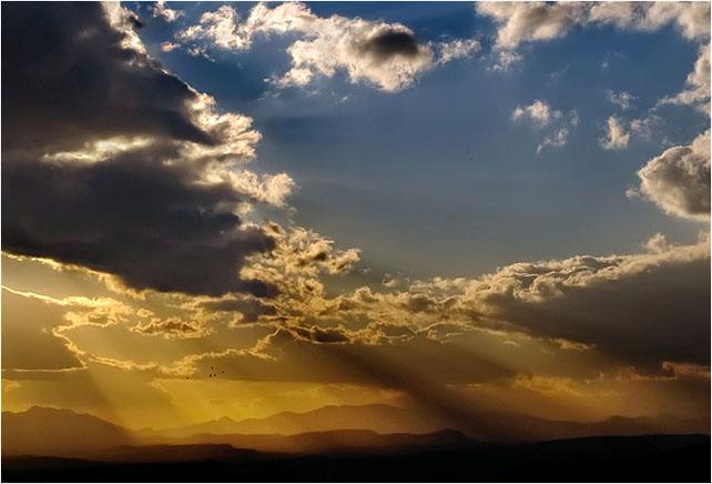 Sol entre nubes